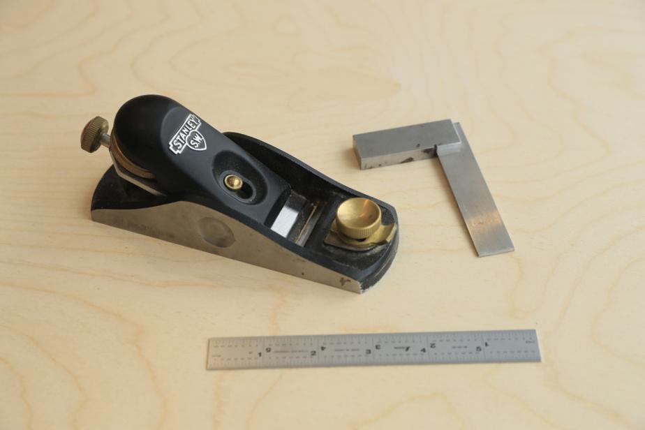 Un rabot miniature, une équerre et une règle sont des outils dont Diana Silva ne se défait jamais. Elle les traîne partout, même quand elle ne travaille pas.