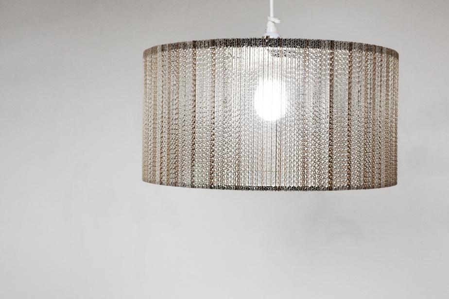 Luminaire en carton créé par Marie-José Gustave