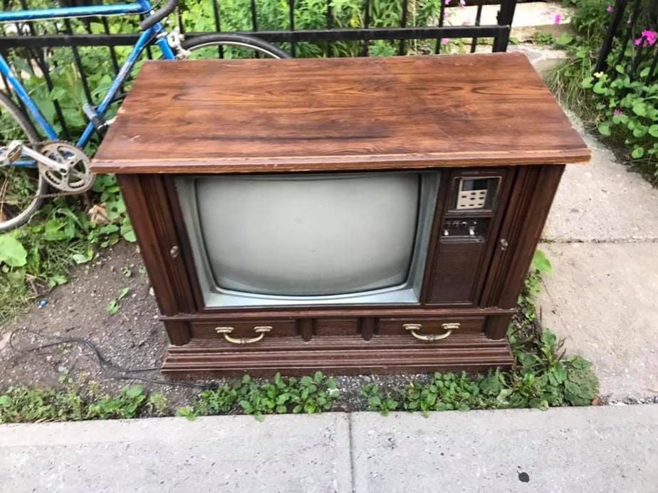 Un hipster regarde la télé sur une télé cathodique de 2001. Un VRAI hipster regarde la télé sur cet engin récupéré dans la rue. HD non garantie.