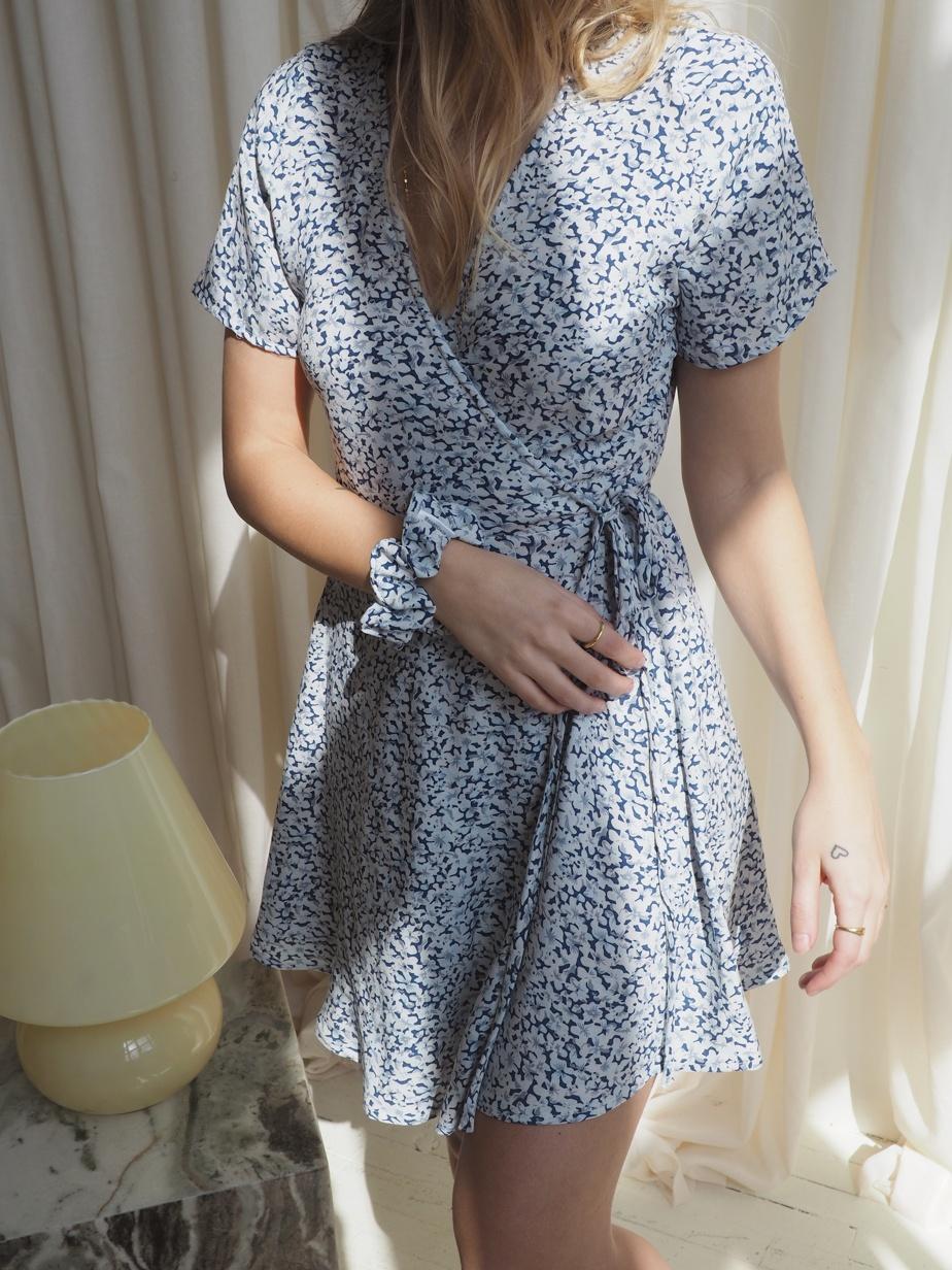 La robe Grace (89,99$) est proposée en deux imprimés floraux, dont celui-ci.