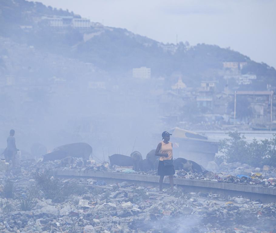 Un épais nuage de fumée enveloppe Cap-Haïtien en permanence, alimenté notamment par la combustion anarchique des déchets, omniprésents dans la ville.