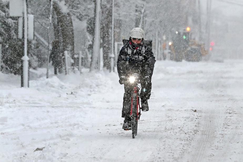 Ce n'est pas la neige qui va freiner l'élan de ce cycliste.
