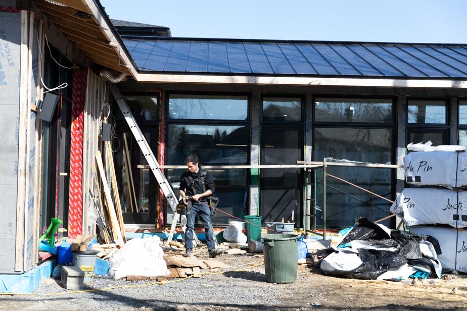Marc Constantineau construit sa maison, à Richelieu, à l'aide d'un Kit Écohabitation. Il a acheté la coquille, écoénergétique et fabriquée à l'aide de matériaux locaux de qualité. Les kits sont construits surtout en colombages (2x4), une petite dimension de bois qui provient majoritairement du Québec. Les murs, à l'extérieur, ont un panneau de SonoclimatECO4 qui provient de fibres recyclées à Louiseville, la cavité est injectée de cellulose, papier journal recyclé transformé dans le Grand Montréal par Igloo ou Benolec (Soprema). L'intérieur est fait de panneaux à copeaux orientés (OSB) de Maniwaki.