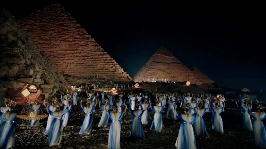 Des artistes performent une chorégraphie devant les pyramides non loin du Musée national de la civilisation égyptienne.