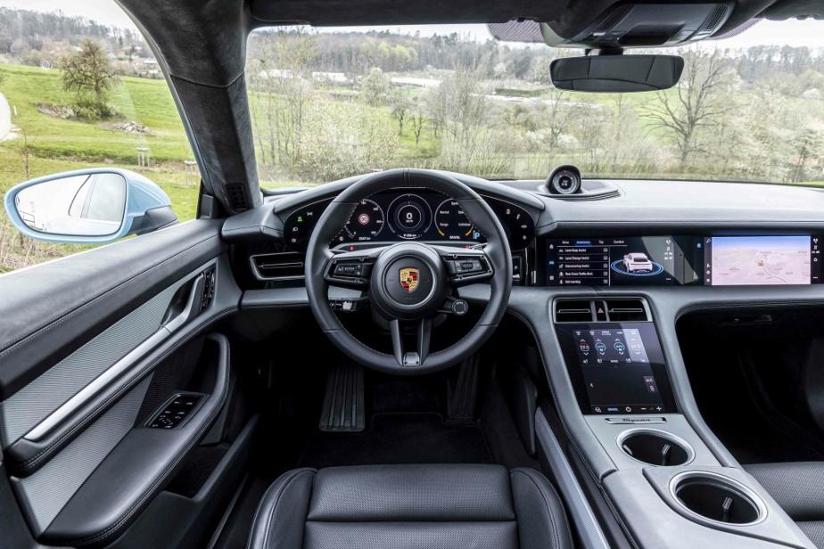 Le tableau de bord est le même que l'on retrouve à bord des autres véhicules Porsche. L'ameublement dispose également d'une console centrale.