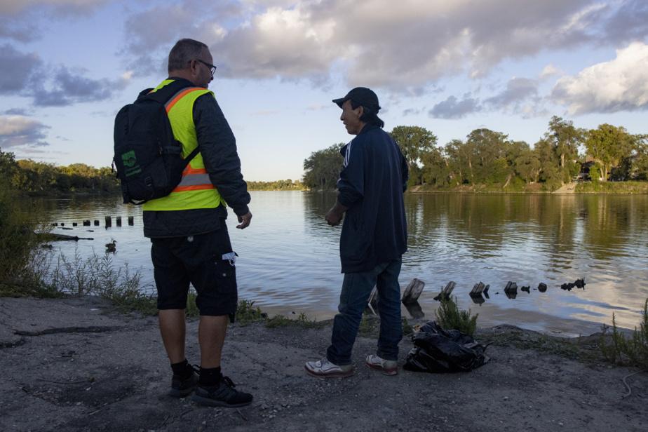 Beaucoup de sans-abri se sont installés le long de la rivière Rouge. Les autochtones, qui forment entre 10% et 12% de la population de Winnipeg, comptent pour les deux tiers des sans-abri de la ville, selon End Homelessness Winnipeg. Et 80% des sans-abri qui dorment dehors, sans accès à un refuge.
