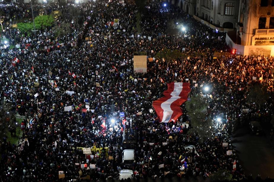 Des manifestants sont descendus dans la rue la semaine dernière pour dénoncer la destitution de Martín Vizcarra et pour demander le départ du président par intérim, Manuel Merino.
