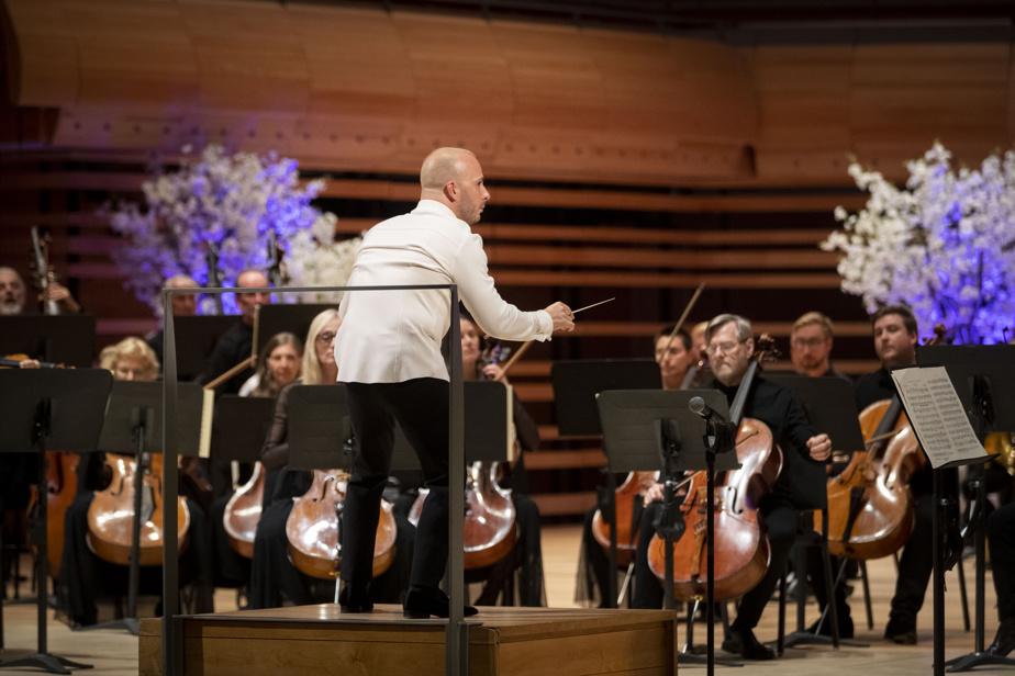Le chef d'orchestre YannickNézet-Séguin, en noir et blanc, a dirigé énergiquement les musiciens vêtus de noir. «Quand on a annoncé [la nouvelle] aux musiciens, ils étaient tellement contents de pouvoir contribuer à cet hommage-là», a dit le président-directeur général de l'OM, Jean R. Dupré, en entrevue avec LaPresse.