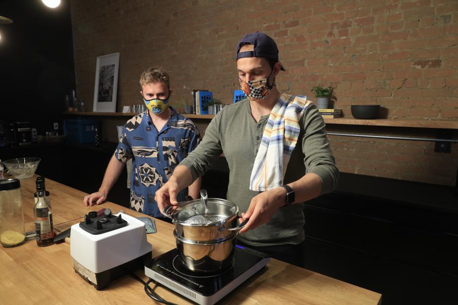 Dans une grande casserole, verser environ 6tasses d'eau et y déposer un panier à vapeur ou une marguerite. Porter à ébullition.