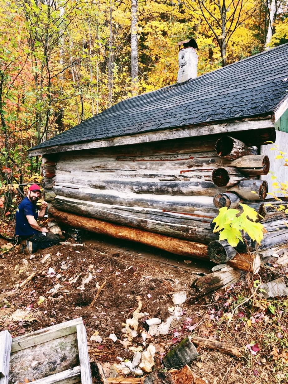 Trop basse pour un gaillard de plus de 6pi, la cabane a été surélevée d'un pied et demi.