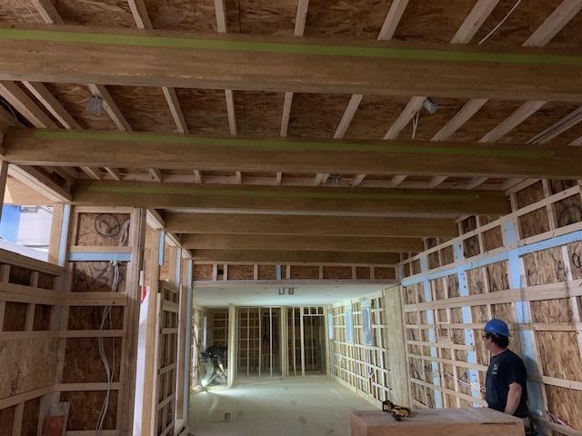 Pour certains modèles, Maisons usinées Côté a recours à des poutres de bois apparentes en lamellé-collé de l'entreprise québécoise Boréal, pour faire les structures de toit plat.
