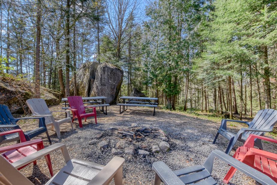 L'aménagement extérieur est réduit au minimum, dans un esprit «camping». Un spa, que l'on ne voit pas sur la photo, permet tout de même de faire trempette, été comme hiver.