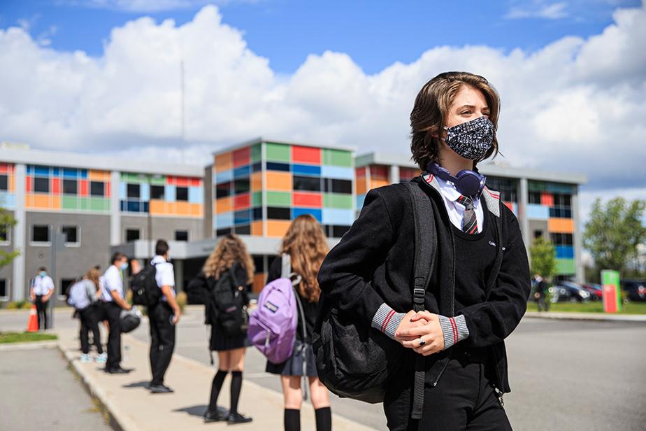 25août2020. Masquée, Marianne Daoust s'apprête à entrer à l'école pour la première fois depuis le début de la pandémie. Elle fréquente le Collège Citoyen à Laval.