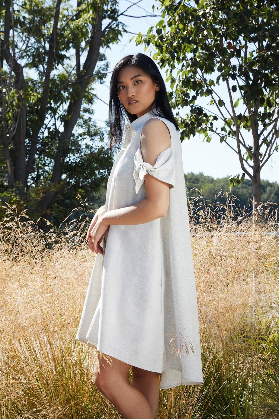 Pièce estivale chouchou de Marigold, la robe chemise Orlanda en coton biologique (229$) est de retour. Ses épaules dénudées lui donnent un soupçon de légèreté.