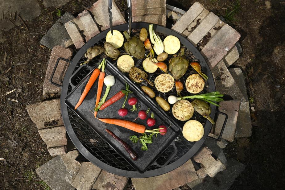 Disposer les légumes directement sur le gril, ou alors sur une plaque pour les légumes plus petits ou délicats.