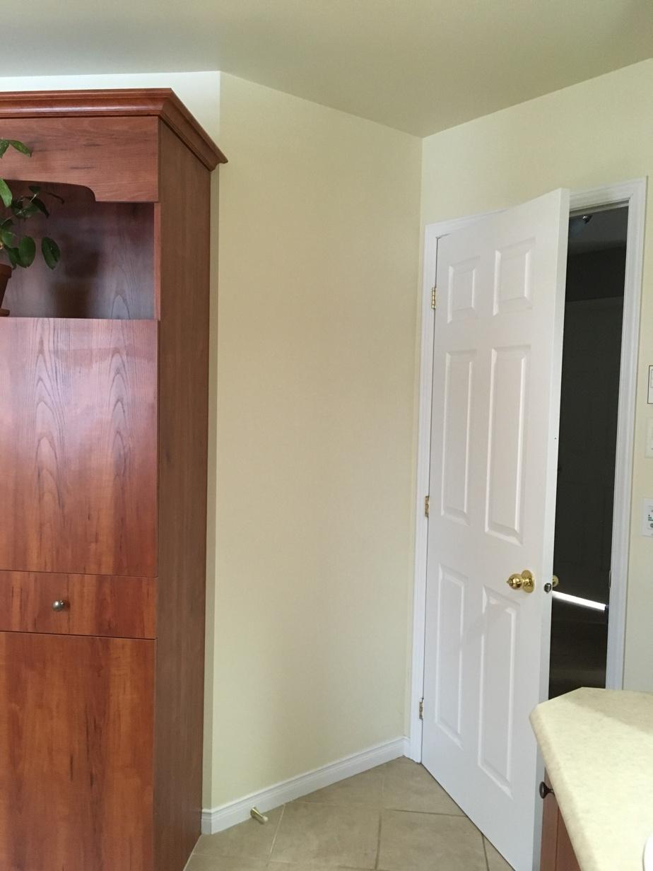 En entrant, auparavant, il y avait un meuble-lavabo d'un côté et une grosse lingerie de l'autre. Tout était massif.