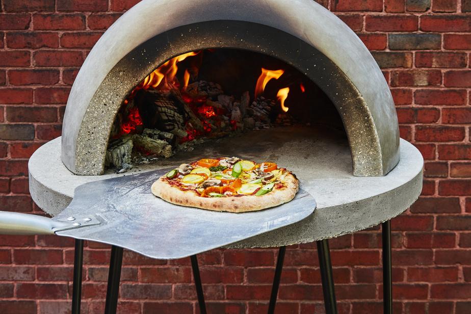 Le Chibouki est à la fois four à pain, à pizza et barbecue. Le dessus du dôme sert aussi de surface de cuisson.