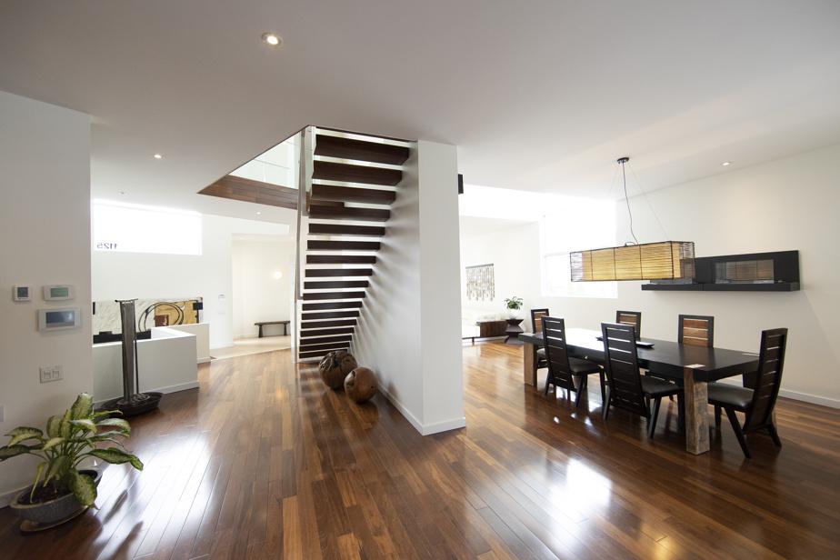 La disposition des pièces et leur insonorisation ont été très bien pensées, confient les propriétaires. Très modulable grâce aux chambres à l'étage et au sous-sol, la maison fut parfaitement adaptée aux besoins du télétravail familial.