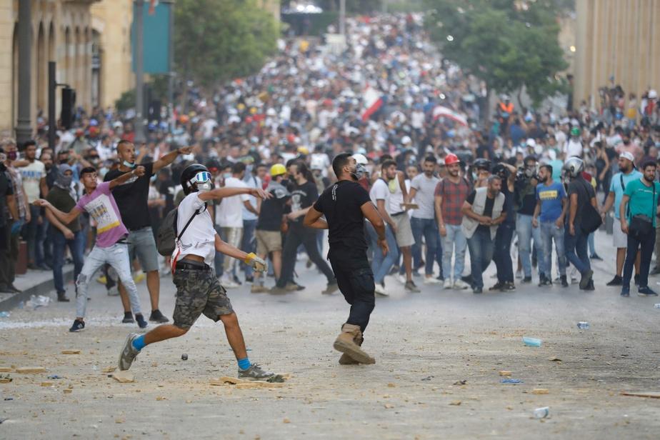 Les manifestants semblaient déterminés à forcer la barrière qui mène au parlement, lançant des pierres aux forces de l'ordre de l'autre côté, mettant le feu à des détritus et tentant de pousser les barricades en métal à l'aide d'objets.