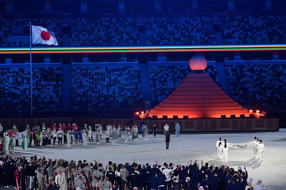 Devant une représentation minimaliste du mont Fuji, le drapeau olympique a fait son apparition au milieu du contingent d'athlètes.