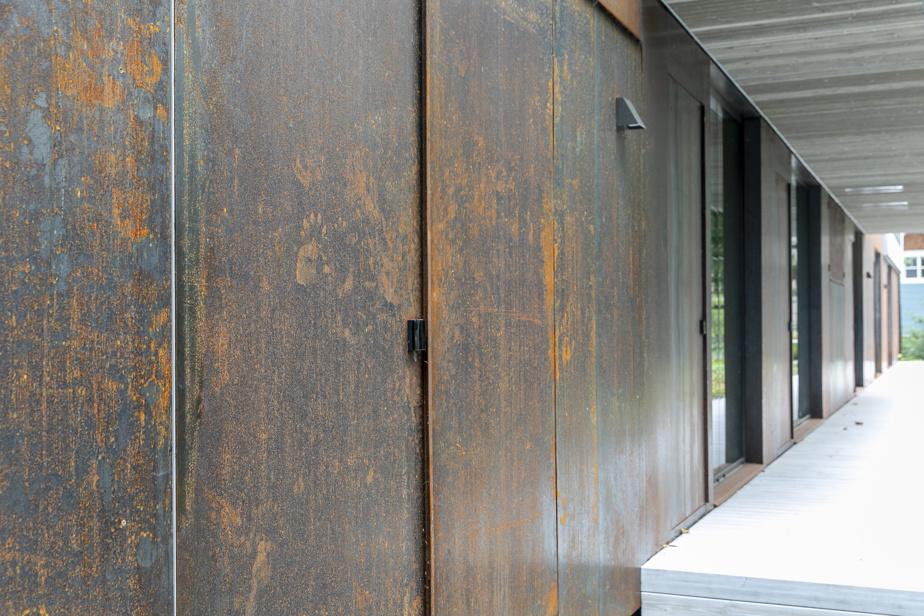 Le rez-de-jardin est recouvert de corten, des panneaux d'acier brut qui s'oxydent avec le temps et s'arriment graduellement aux tonalités du terrain, et encore plus en automne, signale l'architecte de cette maison, finaliste aux prix de l'Ordre des architectes et du magazine international de design Azure.