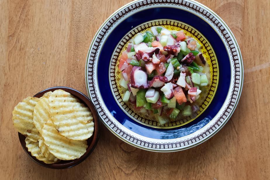 Un nouveau plat au menu: la pipirrana, une salade traditionnelle du sud de l'Espagne servie avec de la pieuvre marinée
