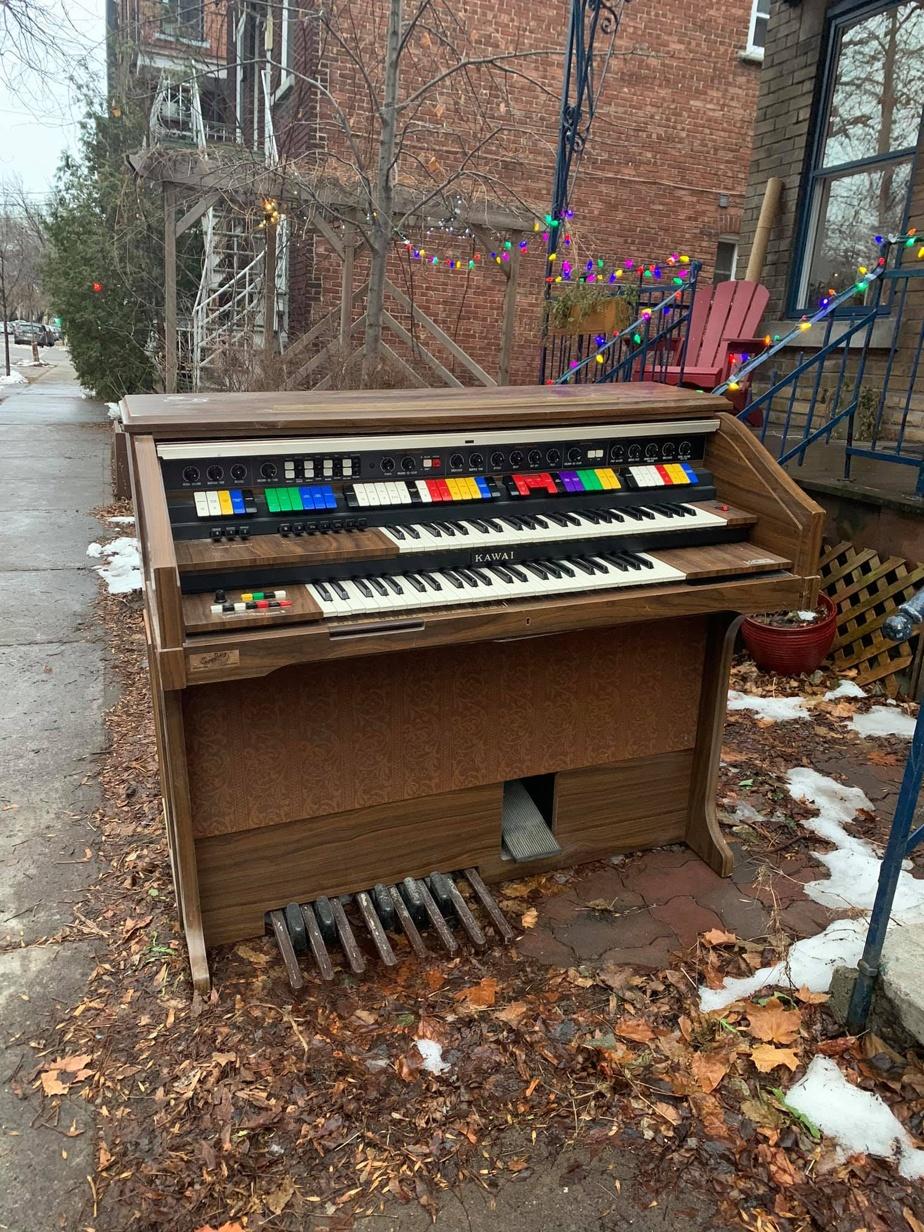 Un piano-orgue, prêt à se jeter dans les bras musclés de quiconque sera capable de le déplacer.
