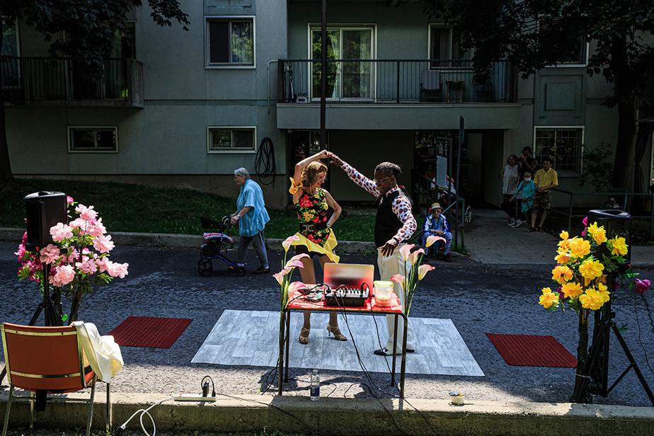 11août2020. Du beau dans la pandémie: deux danseurs de l'organisme Adieu démence, Olga Klimova et Élysée Cajuste, sont allés divertir les résidants des Habitations des Hirondelles, à Montréal.