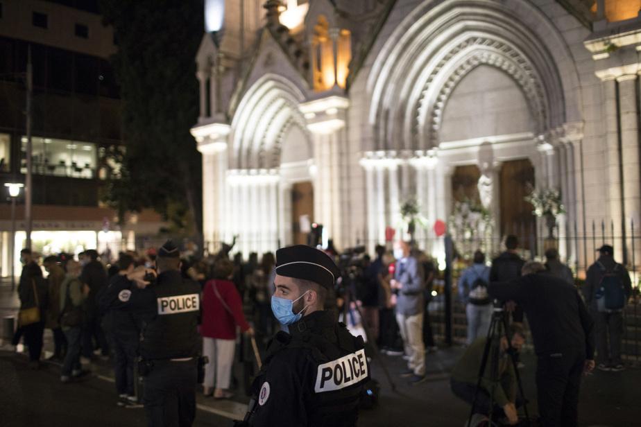 En soirée, une petite foule s'était formée devant la basilique Notre-Dame-de-l'Assomption pour honorer lamémoire des victimes.