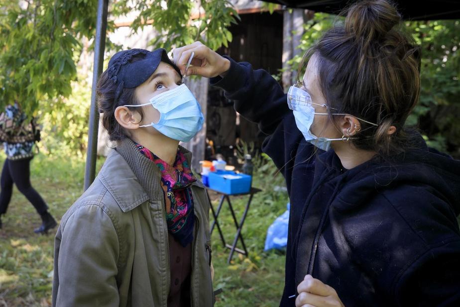Le port du masque ajoute un défi supplémentaire pour le maquillage des comédiens et comédiennes sur le plateau.