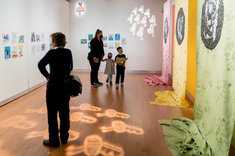 Une salle consacrée à de jeunes créateurs avec une exposition de leurs dessins réalisés sur la notion du rituel