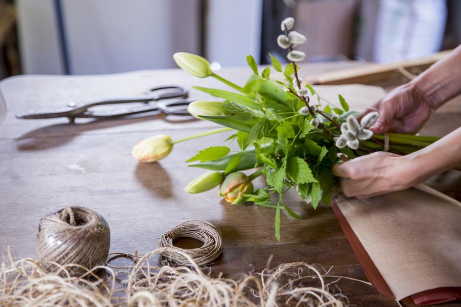 Tulipes, feuillage de framboisier et branches de saule sont agencés.