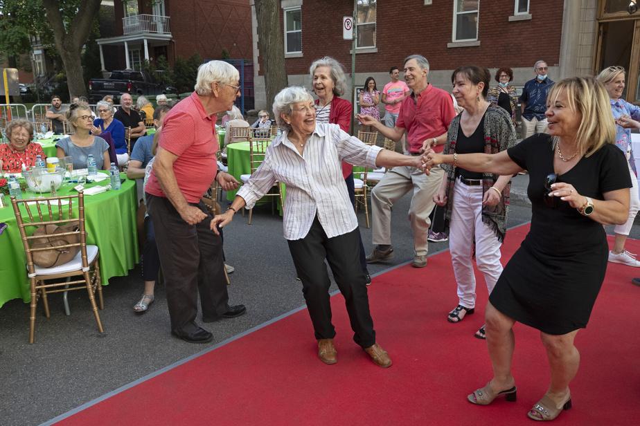 L'heure est aussi à la danse pour Jenny Christoph (au centre), qui passe du tango au twist avec aisance. Elle n'a pas quitté la piste et s'égosille en tapant des mains quand le chansonnier entonne Sweet Caroline, de Neil Diamond. Les résidants ont gardé le meilleur pour la fin. Pour remercier leur famille venue célébrer avec eux, ils présentent une chorégraphie de leur cru sur l'air de Stayin' Alive, des Bee Gees. «Parce qu'on est restés vivants», explique Louise Raymond, résidante depuis juin2020.