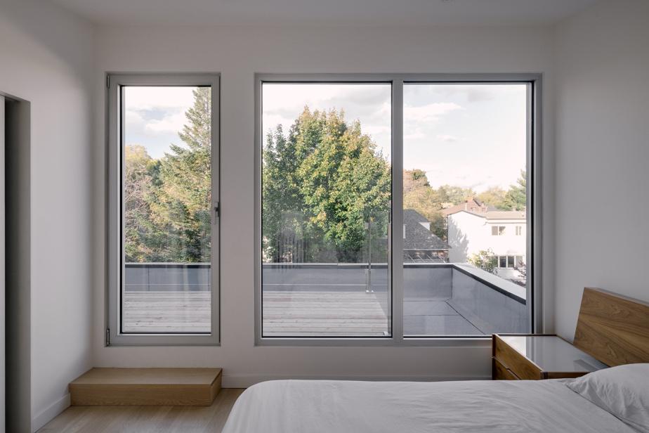 La chambre des parents est située dans la mezzanine construite sur le toit. Une terrasse permet d'admirer tout le voisinage.