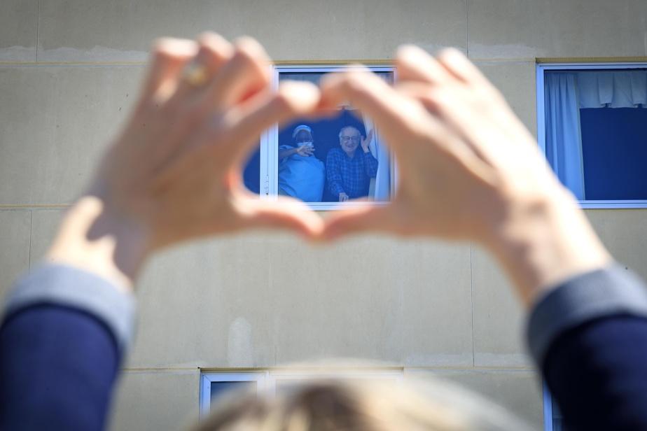 14mai2020. Une trentaine de personnes ont participé à une grande chaîne humaine devant le CHSLD l'Orchidée Blanche de Laval pour demander que les proches aidants soient admis dans ce centre où il n'y a pas de cas de COVID-19.