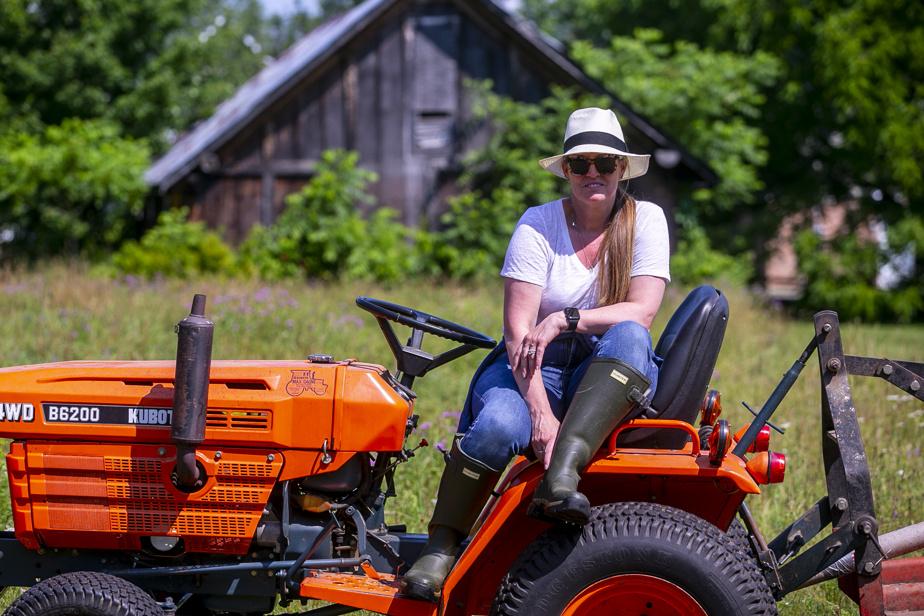 Bottes de pluie aux pieds et au volant de son tracteur, Jennifer Brodeur dit avoir trouvé sa place avec ce nouveau projet de ferme florale.