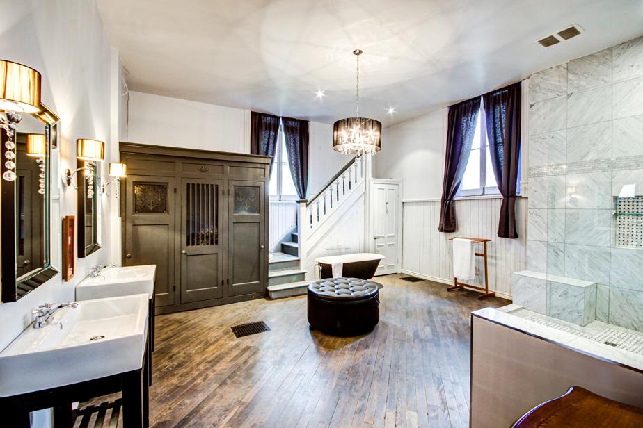 Une grande salle de bain avec bains, douche séparée et deux lavabos a été aménagée au rez-de-chaussée. Le confessionnal a été reconverti en lieu de rangement pour le linge de maison.