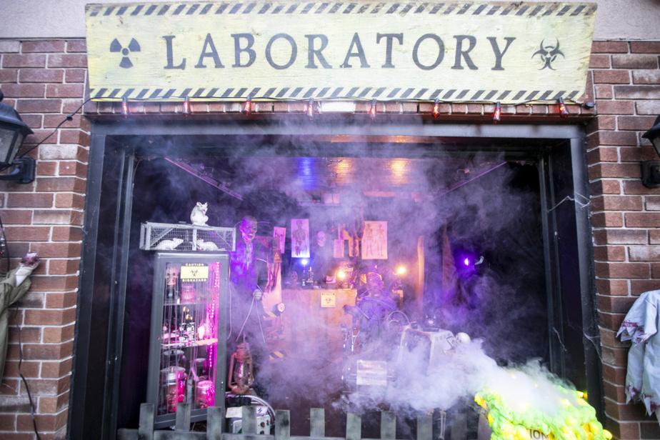 Le laboratoire est un tableau spectaculaire. Il comprend de nombreux éléments achetés aux enchères ou provenant d'un ancien laboratoire de recherche pharmaceutique.