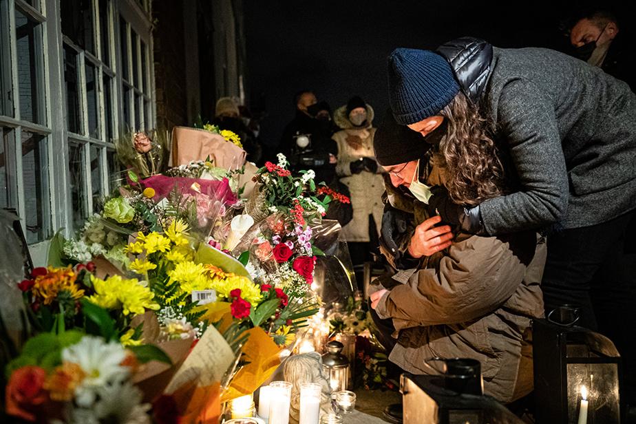 2novembre2020. Veillée aux flambeaux organisée par les proches et amis de Suzanne Clermont, une des victimes de l'attaque meurtrière de Carl Girouard, le soir de l'Halloween, dans le Vieux-Québec. Julien Fortin, qui se recueille sur la photo, est le fils de Jacques Fortin, conjoint de Suzanne.
