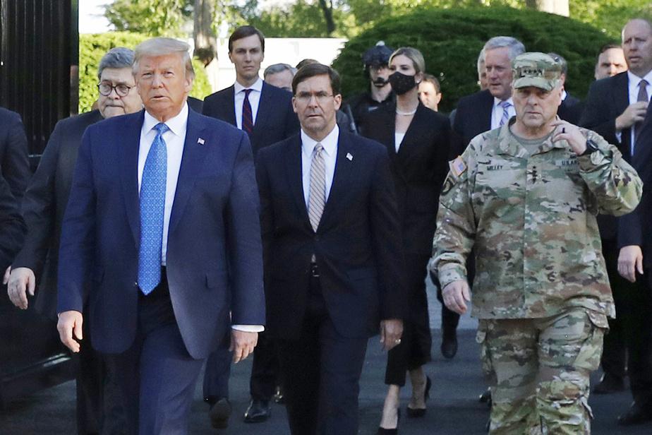 Donald Trump et Mark Esper, suivis du procureur général Bill Barr (gauche), Jared Kushner, Ivanka Trump et du chef de cabinet Mark Milley, le 1erjuin dernier lors d'une séance photo du président devant l'église St. John's, après que des manifestants aient été brutalement dispersés.