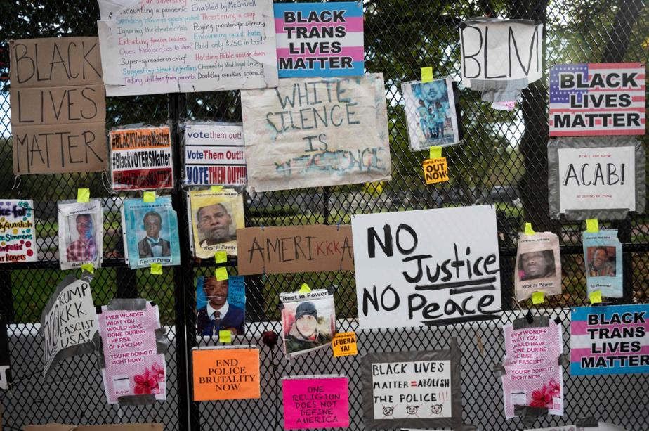Plusieurs photos d'hommes noirs tués par la police ont été affichées sur la clôture du square Lafayette.