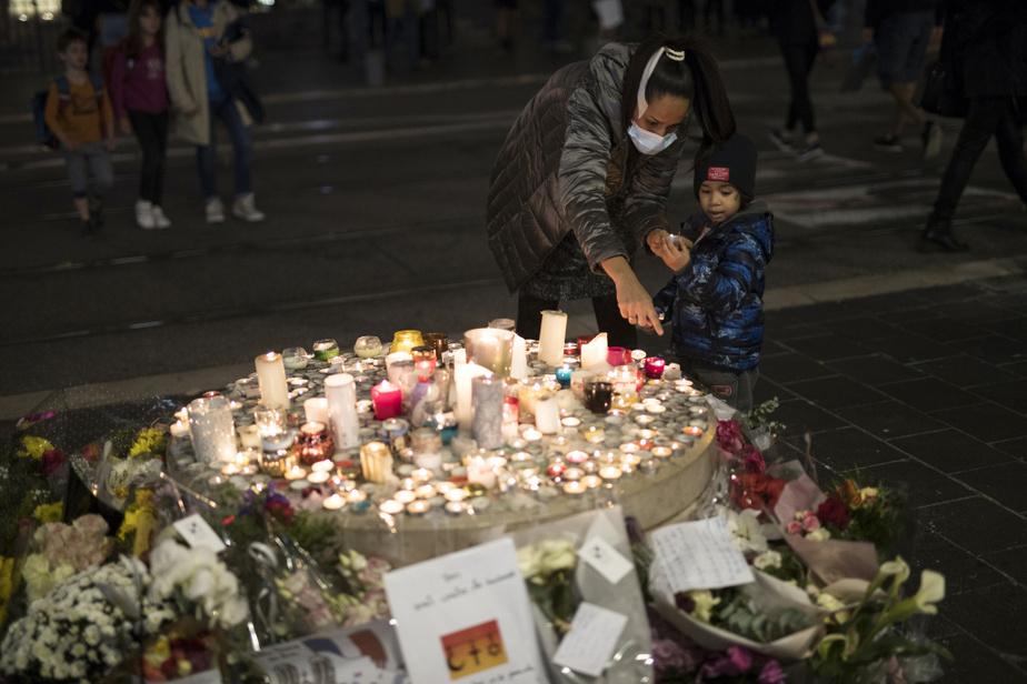 De nombreux lampions ont été allumés à la mémoire des victimes de l'attentat.