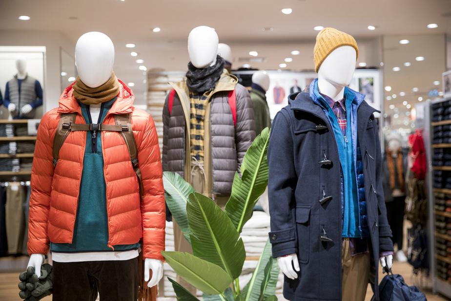 La superposition est de mise alors que la saison froide entame sa course. Des mannequins présentent de nombreux articles pour affronter le froid, dont les populaires manteaux en duvet de l'entreprise, offerts en plusieurs modèles, ainsi que plusieurs accessoires.