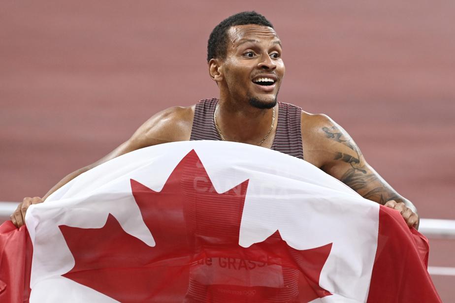 Andre De Grasse célèbre sa médaille d'or au 200m masculin.