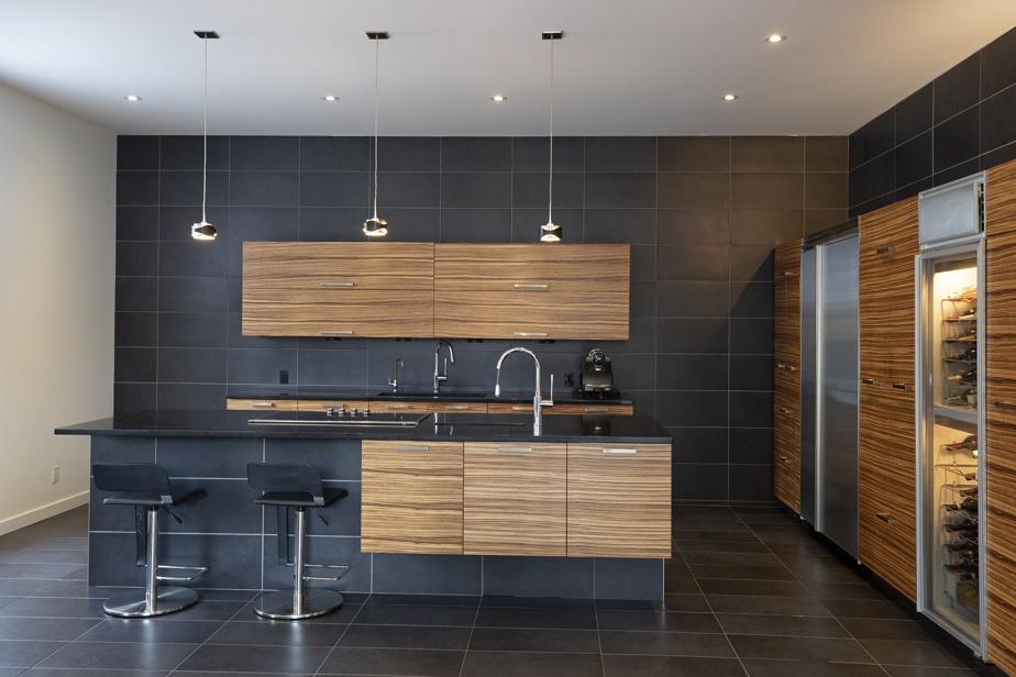 La cuisine, très chic, avec tuiles en porcelaine, comptoir en granit et boiseries en bambou