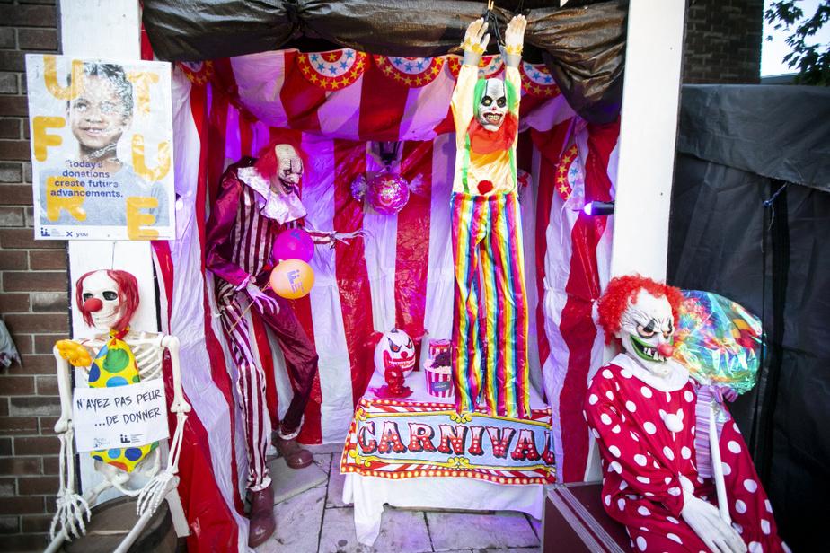 Les clowns, une scène créée par Patsy Clark, souhaitent la bienvenue aux visiteurs.