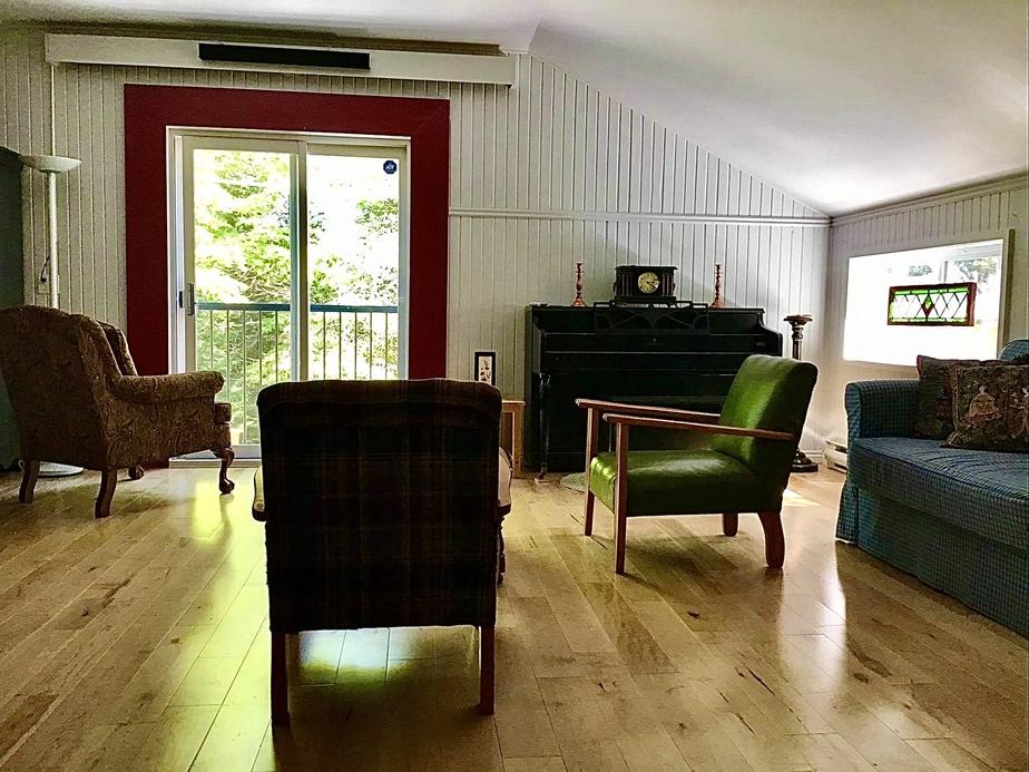 Le loft du garage comprend un salon, à côté de la salle de bains, et un espace pour cuisiner.