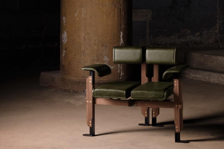 L'Atelier Zébulon Perron a créé un élégant mais surprenant fauteuil séparé en son centre, qui «évoque à la fois force et fragilité».
