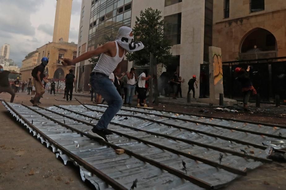 La colère des Libanais trouve sa source dans un ras-le-bol politique galvanisé par la crise économique, mais c'est l'explosion mardi de 2750tonnes de nitrate d'ammonium, laissées au port pendant plusieurs années, qui a donné un deuxième souffle au mouvement.