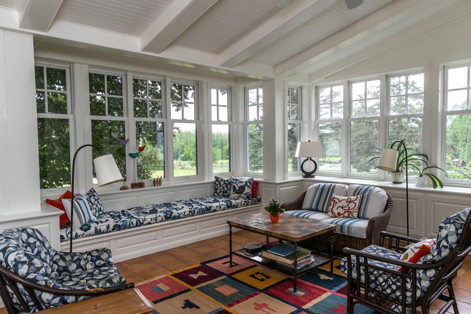 Cette jolie pièce, la préférée de la propriétaire, est orientée sud-est et reçoit le soleil durant les quatre saisons.